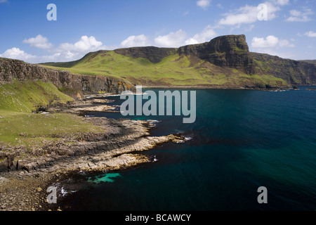Moonen bay y Waterstein Head visto desde Neist Point en la Isla de Skye, Escocia. Foto de stock