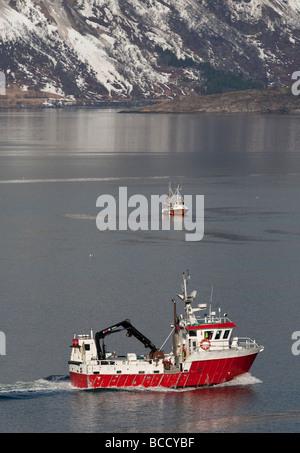 Arrastreros de pesca noruegos y barco en Storfjord Skibotn Noruega
