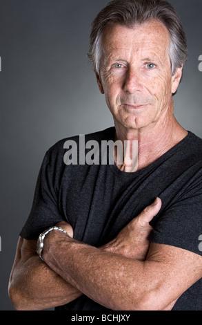 La foto de un guapo hombre senior con los brazos cruzados