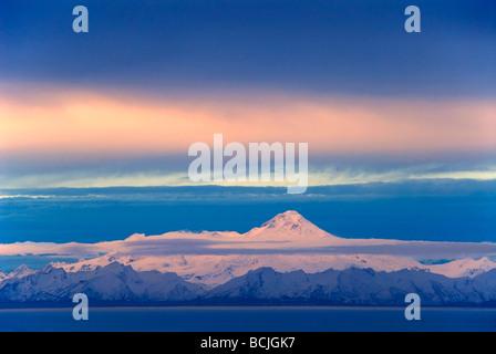 Volcán Iliamna visto a través de Cook Inlet desde la Península Kenai en Southcentral Alaska durante el invierno Foto de stock