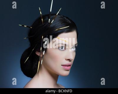 Mujer joven con porcupine quills en el cabello Foto de stock