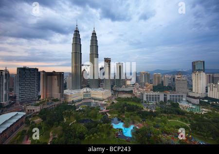 Las torres Petronas y el horizonte de Kuala Lumpur al anochecer, Malasia