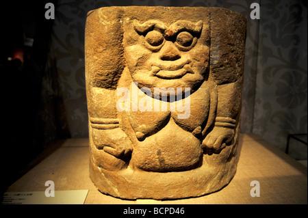 La piedra tallada lápida base con la imagen de un hombre poderoso desde el oeste de la dinastía Xia, Museo de la capital, Pekín, China