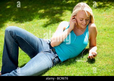 Chica escuchando iPod Foto de stock