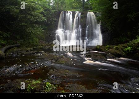 Ess-na-crub cascada en la inver river en glenariff Forest Park, Condado de Antrim Reino Unido Irlanda del Norte