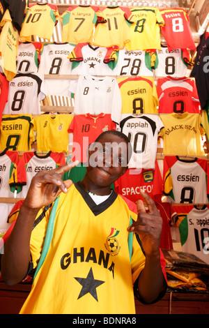 ... Ghana Camisetas de fútbol a la venta en el puesto en el mercado. Centro  Cultural 8850facc936f9