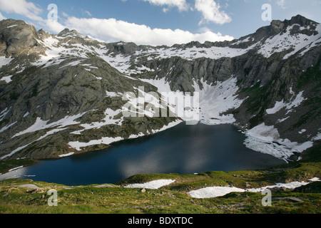 Pequeño lago en el lago Naret meseta en los Alpes, el valle de Val Lavizzara, Tesino, Suiza, Europa