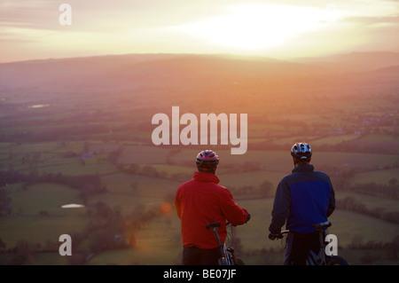 Dos ciclistas de montaña viendo la escena.