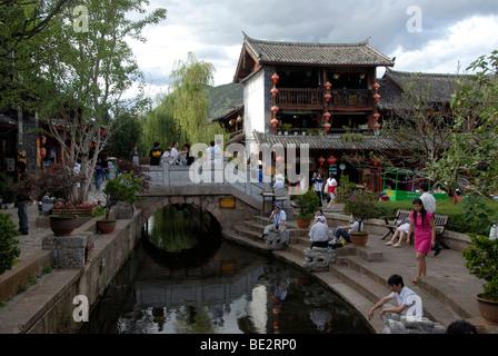 Muchas personas en un canal y puente, pintoresca ciudad histórica, antiguo mercado, Lijiang, Sitio del Patrimonio Mundial de la UNESCO, Yunnan Pr