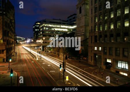 El tráfico en el centro de la ciudad a la hora azul, Monumento, Ciudad de Londres, Inglaterra, Reino Unido, Europa