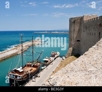 Vista desde la ciudadela de la bocana del puerto, península turca en la espalda, Kyrenia, Girne, Chipre septentrional, Europa