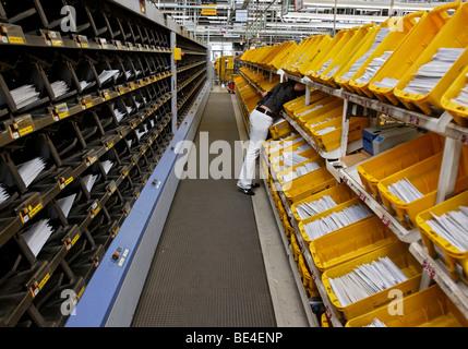 Nada Jumic trabaja en el centro de clasificación de correo de la oficina postal regional en Waiblingen, Baden-Wurtemberg, Foto de stock