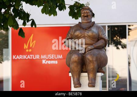 Escultura en bronce por Manfred Deix delante del museo de la caricatura Karikaturmuseum, arte milla en Krems, la región de Wachau, Bajar Aus