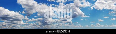 Cielo azul con nubes esponjosas de sol del día, fotografía panorámica