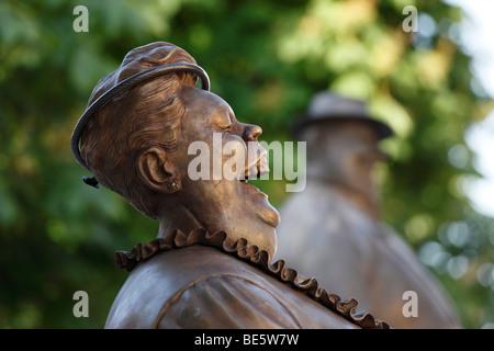 Esculturas en bronce de Manfred Deix delante del museo de la caricatura Karikaturmuseum, arte milla en Krems, la región de Wachau, Bajar Au