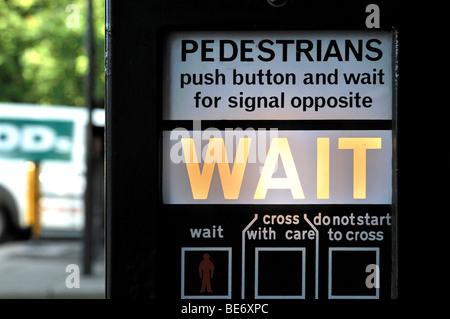 Instrucciones de funcionamiento de un cruce peatonal en Londres, Inglaterra, Reino Unido, Europa