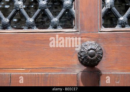 Cerca del pomo de la puerta de una tradicional puerta de madera en el casco antiguo de la ciudad, Tours, Francia