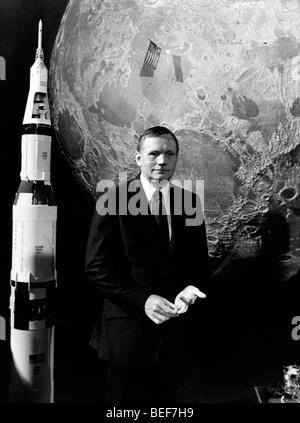 El astronauta Neil Armstrong películas en la televisión francesa Foto de stock