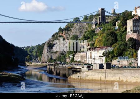 Marea baja por debajo del puente de la suspensión de Clifton, en Bristol, Inglaterra