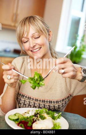 Mujer comer ensalada