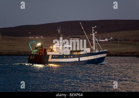 Pesca de arrastre navegando en el Mar del Norte al atardecer desde Lerwick, Shetland.