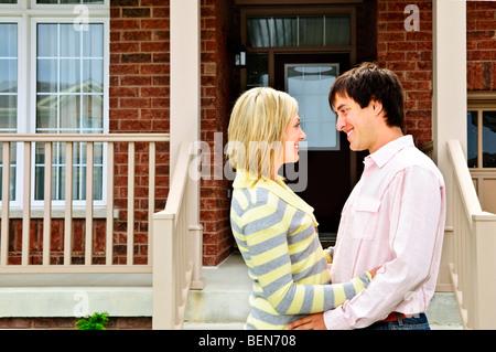 Joven pareja feliz en el amor en el hogar