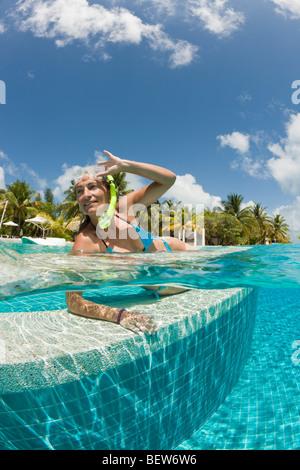 Mujer en la piscina, South Male Atoll, Maldivas