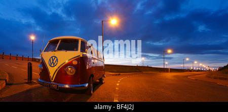 VW Volkswagen camper Van, al anochecer, Burnham sobre mar, Somerset, Inglaterra.
