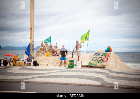 Los artistas haciendo esculturas de arena en la playa de Copacabana