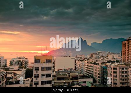 Ver más tops de edificios residenciales y las montañas al atardecer en Ipanema Rio de Janeiro, Brasil