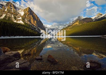 Los reflejos del agua en el Lago Louise, el Parque Nacional de Banff, Alberta, Canadá