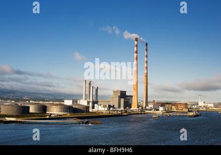 Poolbeg Power Plant, Ringsend, Dublín, Irlanda desde el ferry Ship en la Bahía de Dublín Foto de stock