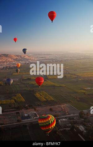 Egipto, Qina, Al Asasif, ocho globos de aire caliente sobre el valle de los Reyes y Reinas de Luxor y el río Nilo Foto de stock