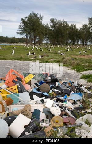 Los desechos marinos trajo al Atolón de Midway por las corrientes oceánicas, recogidos para ser enviadas fuera de la isla para su reciclado o eliminación