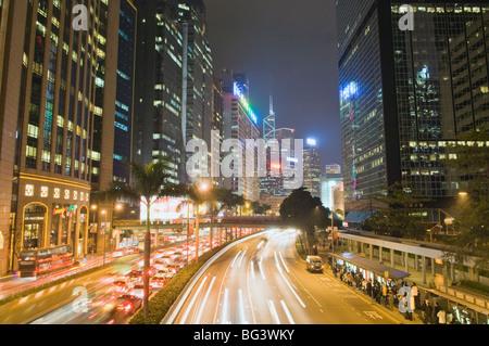 La autopista que corre a lo largo del puerto de Hong Kong
