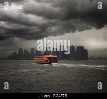Staten Island Ferry navegando hacia Manhattan, Nueva York, Estados Unidos de América, América del Norte Foto de stock