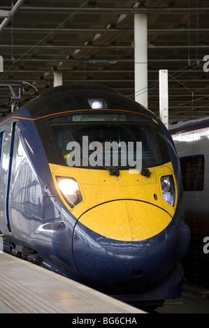 Clase 395 Hitachi Jabalina Olímpica de tren en la estación ferroviaria de St Pancras, Londres, Inglaterra.