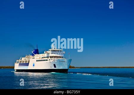 Chi-Cheemaun ferry de pasajeros y de vehículos que salgan Tobermory en la península de Bruce de la isla Manitoulin en el Lago Huron, Ontario Foto de stock