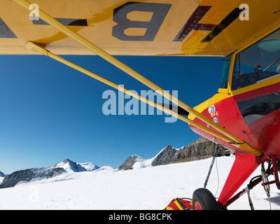 Suiza, Jungfraujoch-Top de Europa,avión en glaciar con montañas de fondo. El gran glaciar Aletsch Foto de stock
