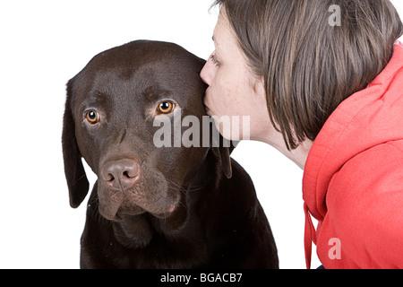 Disparo de un 30S Hembra besando a su mascota Labrador Chocolate