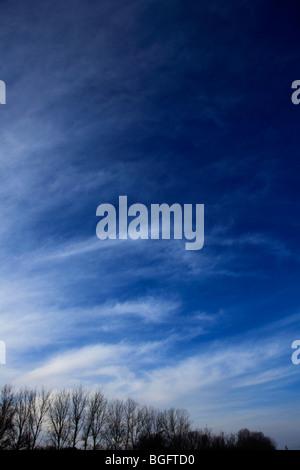 Alta Cirrus Fibratus Whispy blancas nubes en el cielo azul profundo