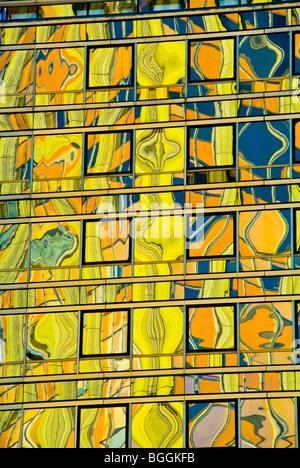 Coloridos reflejos en la superficie de vidrio de un edificio alto en Buenos Aires, Argentina