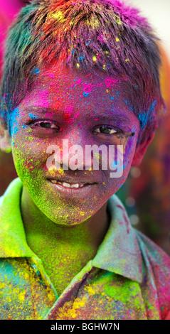 Joven indio cubierto de pigmento en polvo coloreado