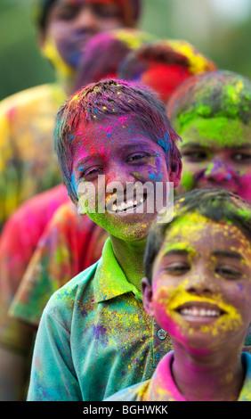Los jóvenes de la India los niños cubiertos de polvo de color pigmento. La India