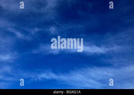 Cirrus Fibratus nubes en el azul profundo del cielo polarizado