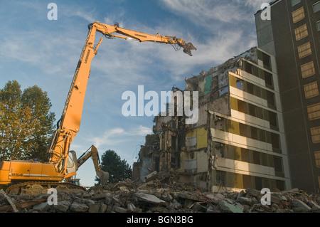 Las excavadoras de oruga de la demolición de un edificio patio