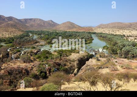 Vista lejana de Epupa Falls y alrededores, el río Kunene, Kaokoland, Namibia