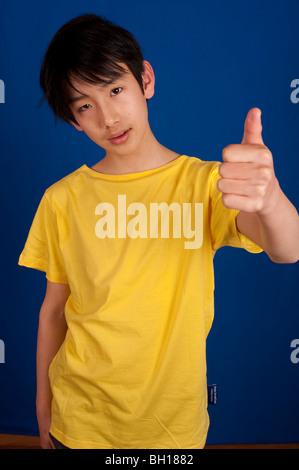 Retrato de niño en Asia de 13 años.