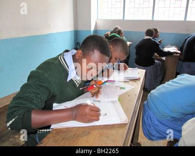 La escuela africana niños trabajando Kilema Moshi, Tanzania, África Oriental