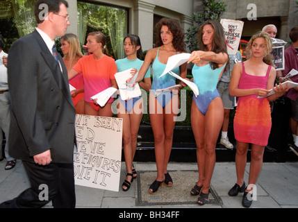 Diseñador de moda Liza Bruce protestas con modelos a los accionistas fuera del Marks & Spencer AGM durante un copyright controversia.